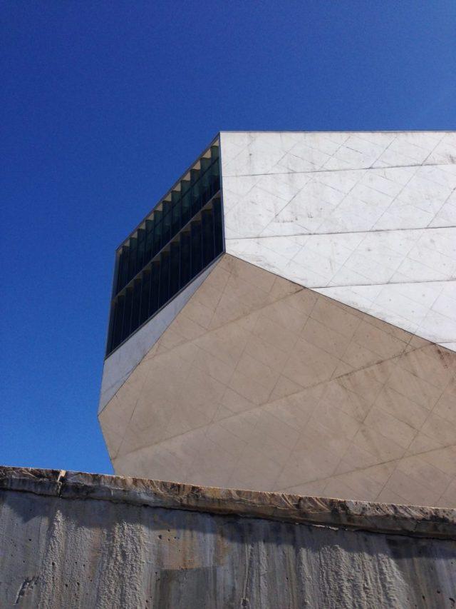 14. Exterior facetado con ventanal de sala principal de Casa Da Musica.