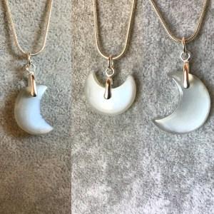 Trois pendentifs en croissant de lune