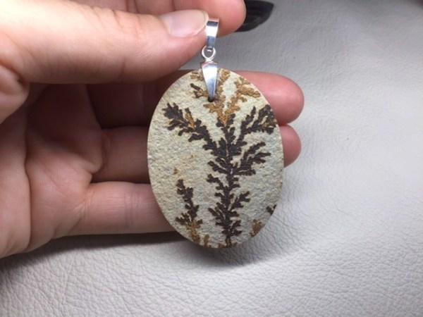 Pendentif de calcaire avec dendrites