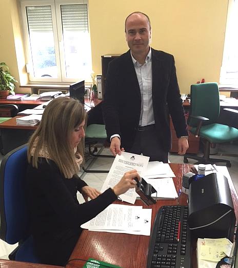 Rafa Gavilán, concejal de Mesa de la Ría en el Ayuntamiento de Huelva, entregando la moción.