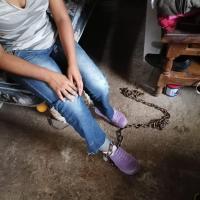 Rescatan a menor encadenada presuntamente por su madre, en Cuernavaca