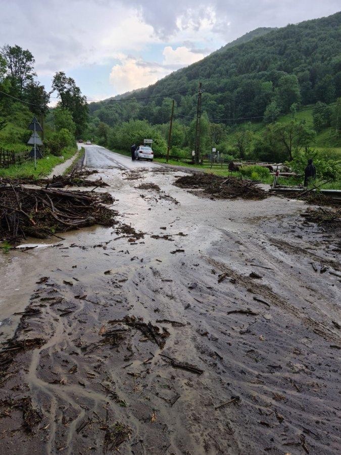 Cotele apelor sunt în scădere; autorităţile inventariază pagubele produse de inundaţii