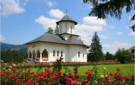 """20 de ani de la sfințirea Mânăstirii """"Adormirea Maicii Domnului"""" de la Izvoru Mureșului"""