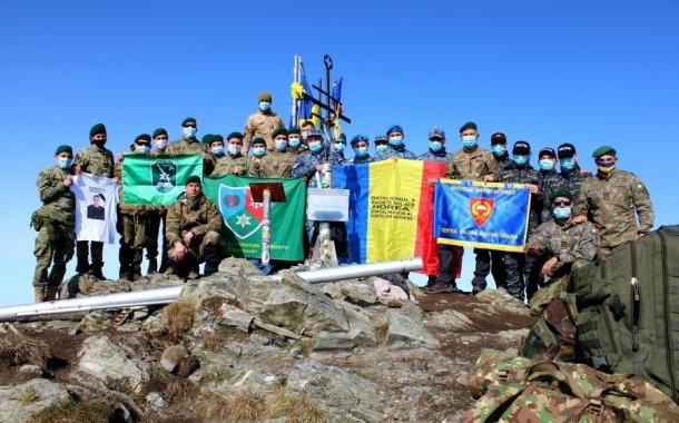 Drapelului României a fost arborat, din nou, pe cel mai înalt vârf din ţară, vârful Moldoveanu!