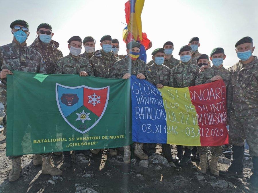 Vânătorii de Munte arborează a 25-a oară drapelul României pe Vf. Moldoveanu