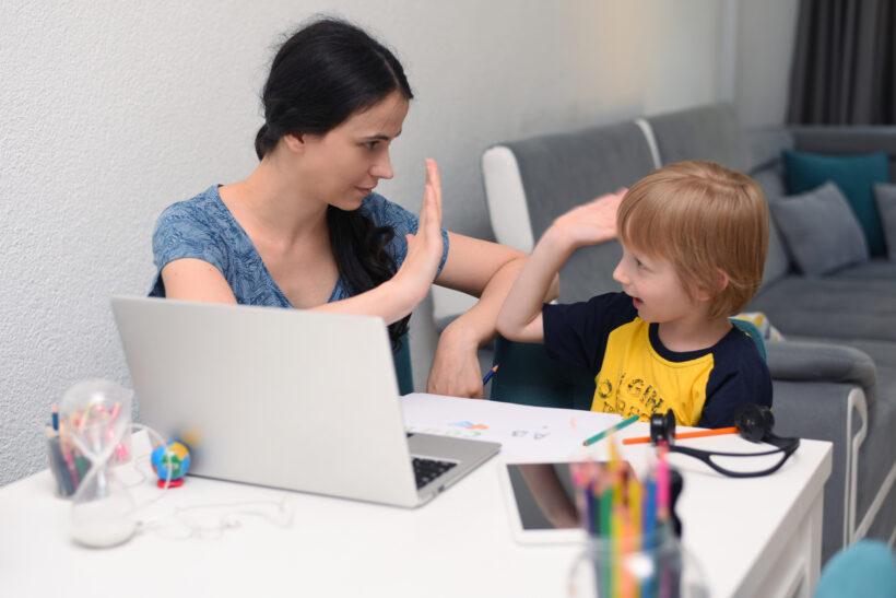 Împărțirea între munca de acasă și sarcinile de îngrijire a copiilor, în școala la distanță, le afectează mult mai mult pe femei decât pe bărbați – analiză Eurydice