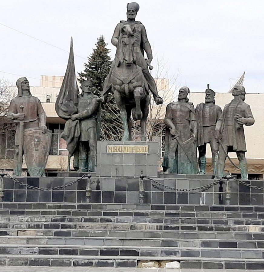 """Cui îi pasă de Grupul Statuar """"Mihai Viteazul"""" din Sfântu Gheorghe, monument istoric?"""