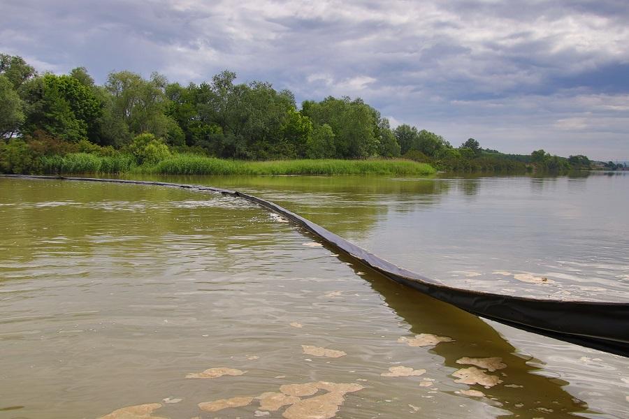 Barieră plutitoare pentru colectarea deşeurilor, amplasată pe râul Olt