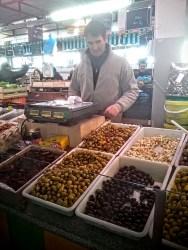 Marché de Meudon la Forêt - dimanche 6 mars 2016 - Marchand d'olives - Photo MS Bock Digne pour Mes AILLEURS