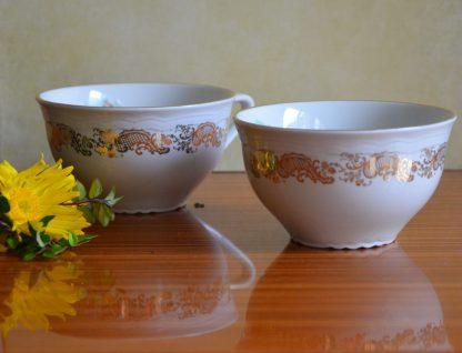 Lot de 2 tasses à chocolat Manifattura Porcellane Royal CP Trade Mark, fabriqué en Italie. Décor exterieur de volute doré et décor intérieur de couple romantique en habit 18ème siècle.