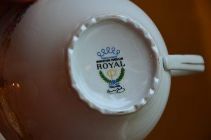 Lot de tasses à chocolat Manifattura Porcellane Royal CP Trade Mark, fabriqué en Italie. Décor exterieur de volute doré et décor intérieur de couple romantique en habit 18ème siècle.