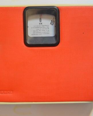 Balance orange vintage de la marque EKS, en superbe état. Elle fera un malheur dans votre salle de bain! Le dessus est composé d'un plastique quelque peu molltonné pour le confort de vos pieds lorsque vous montez dessus!