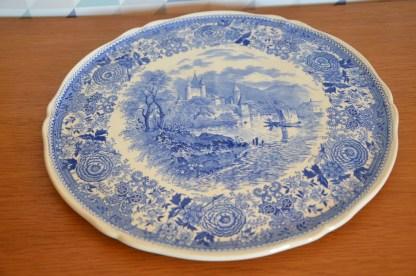 Magnifique plat à tarte fin des années 40, aux motifs de fleurs et de chateau, d'un bleu profond