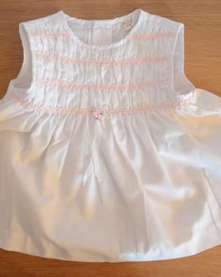robe blanche smockéeavec des motif rose poudré pour bébé de 6 mois