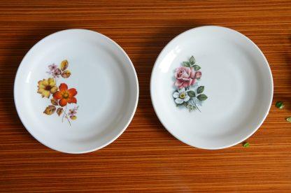Lot de 2 assiettes à dessert de la marque Arcopal, motif fleurs d'automne.l