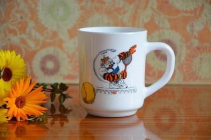 Mug en opaline, offert par Esso avec le décor du lion des céréales Frosties
