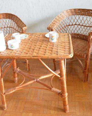 """Salon vintage en rotin pour les enfnats, composé d""""une table et de 2 petites chaises"""