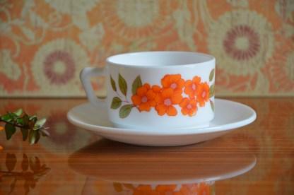 Tasses et sous-tasses à fleurs orange et feuilles vertes de la marque Arcopal