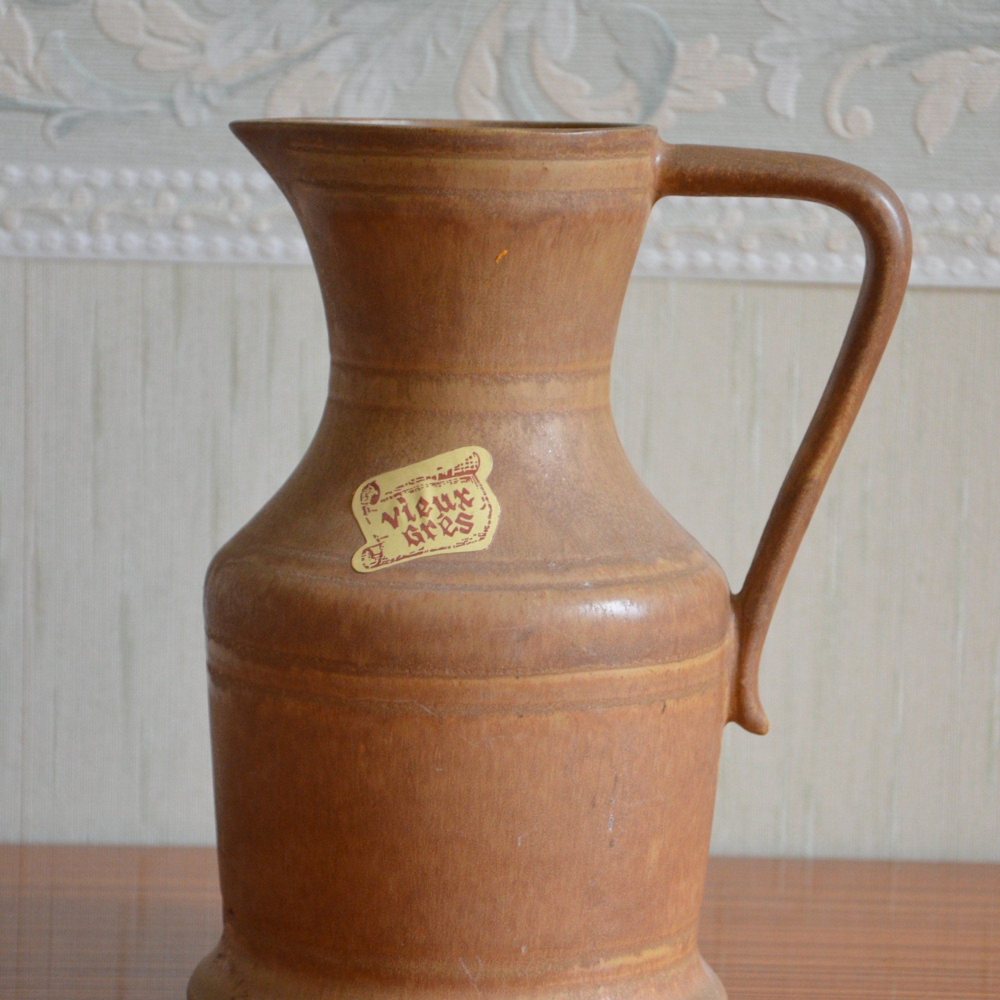 Carafe en vieux grès Rhodacéram avec une anse. L'étiquette d'origine est encore en place.