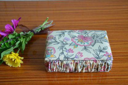 Boite à bijoux en tissus beige et motif fleurs rose, orange et verte avec miroir à l'intérieur
