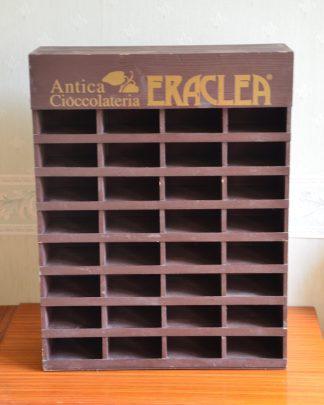 petit meuble en bois pour présenter des plaquettes de chocolat de la marque Antica Cioccolateria ERACLEA