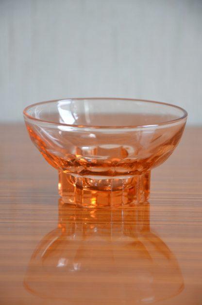 Joli lot composé de 6 coupelles rose en verre style art déco. J'adore leur couleur et leur forme! Une coupelle fait 110 grammes pour 8, 8 cm de diamètre et 5 cm de haut.