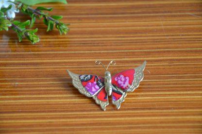 Broche forme de papillon en métal vintage, couleur rose et violet.