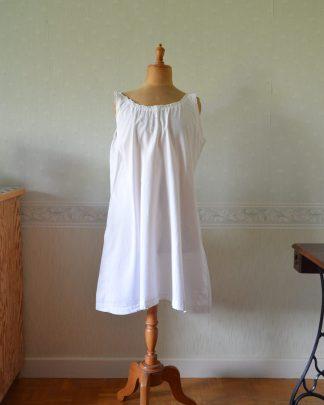 Ancienne chemise de nuit décor de fleurs et initiales brodées en coton.