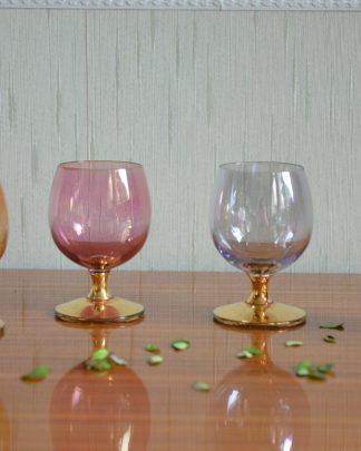 Lot de 4 verres à pied doré, verres à liqueur en verre coloré rose, violet, or, gris, forme rond.