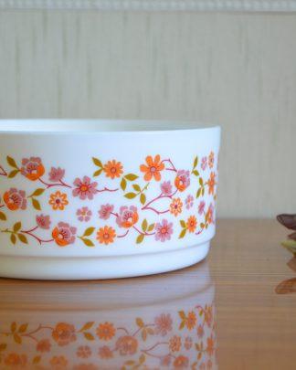 Petit saladier en opaline de la marque Arcopal France; motif fleurs rose et orange, collection Scania