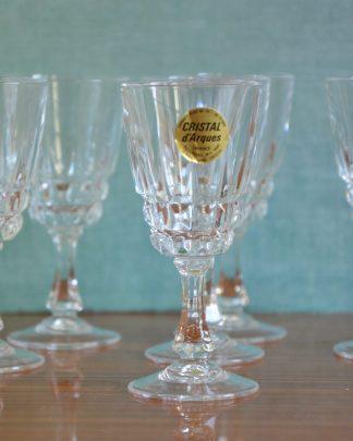 Un verre est haut de 11 cm et 5.5 cm de diamètre.