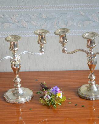 Lot de 2 chandeliers à 3 branches en métal. Chandelier en métal, dessous en tissu bleu, made in england.