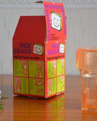 HexEgger, l'ustensile fait de l'œuf un cube! Ustensile en plastique. Vous mettez l'oeuf dur épluché dans le HexEgger, mettez au frigo et hop! vous avez un oeuf dur!
