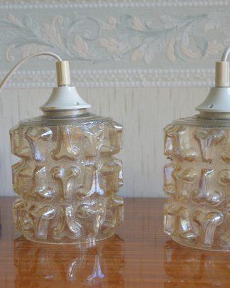 Suspension baladeuse en verre jaune moulé vintage. Une applique fait 13 cm de diamètre pour 20 cm de haut et 746 grammes.