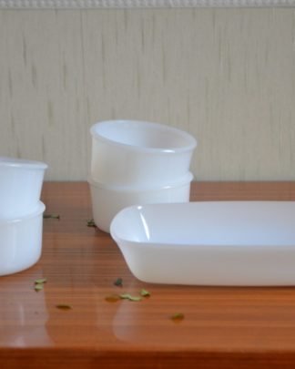 Lot de 4 ramequins et d'une petite coupe en rectangle en opaline blanche, arcopal, marque LEVER