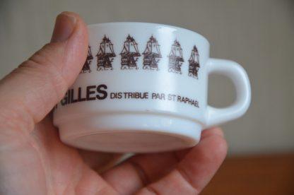Lot de 4 petites tasses publicitaire Rhum St Gilles distribué par St Raphael. Tasse en opaline de la marque Arcopal.
