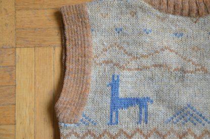 Petit pull sans manche marron, motif lama bleu. Fabriqué en France, création Paris, Chewitt. 65% acrylique, 20% laine, 15%polyamide