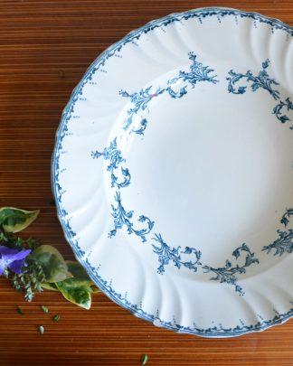 Plat de service creux de la manufacture longwy, collection chantilly. Très beau modèle datant du début du xxe siècle au motif fleuri bleu. Il est ébréché à un endroit. Le plat fait 29 cm de diamètre, 5 cm de haut et 955 grammes.