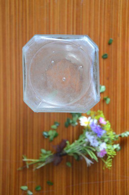 Bocal en verre ancien (présence de bulle). Verre octogonale blanchi. Il fait 19.5cm de haut, 8.5cm de diamètre et 618 grammes.