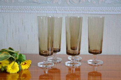 Lot de 5 flûtes à champagne vintage en verre noir et pied transparent. Très beau design intemporel. Fabriqués en France par Durand/Luminarc dans les années 60/70 - modèle suède. Très bon état. Dimension: h 13, 8 X d 4, 7 cm. Un verre fait 119 grammes.