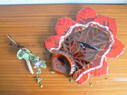 Superbe plateau à fromage des années 60 en forme de feuille. Ce plateau est une céramique vernissée issus de la manufacture Vallauris (signature sous le plateau) avec une poignée en fer forgé torsadé.