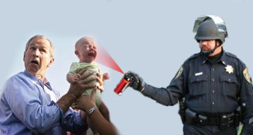 Gracias al Photoshop y al montaje, el teniente aparece ahora arremetiendo conrta todo