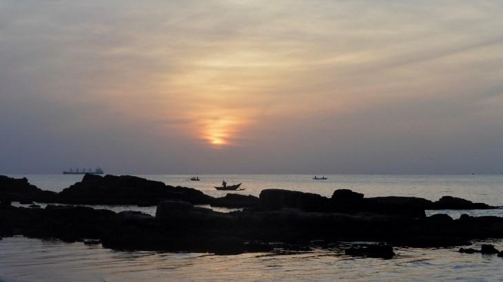 On a observé un joli lever de soleil sur la plage d'Uppuveli ; des couleurs satinées sur un soleil de velours.