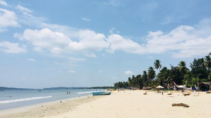 La plage Uppuveli de sable blanc : ciel bleu et cocotiers