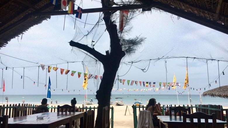 Un restaurant tenu par deux anglaises et servant des snacks sur la plage d'Uppuveli.