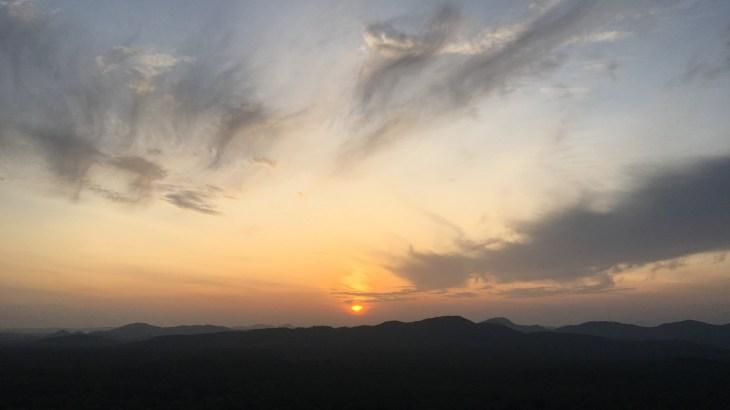 Lever de soleil voilé au rocher du Pidurangala