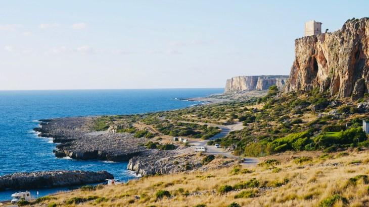 La vue sur les environs depuis le belvédère Blue Marino situé à l'ouest de la plage de San Vito Lo Capo.