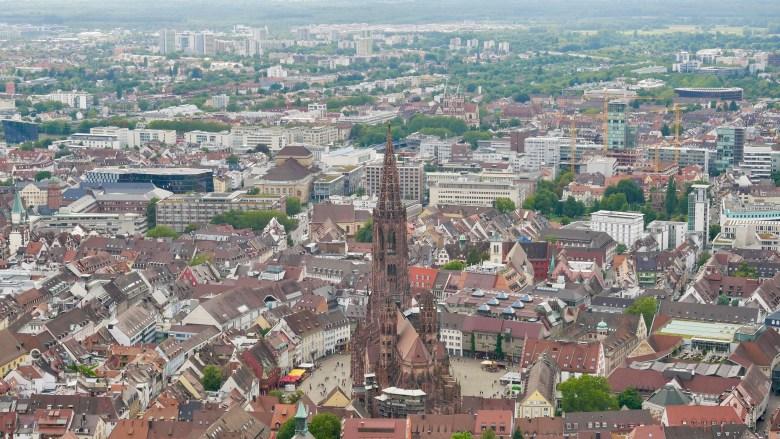 Vue sur Fribourg et sa cathédrale depuis le belvédère situé sur la montagne du Schlossberg