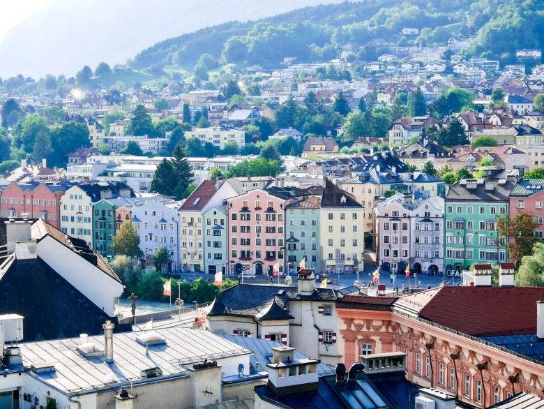 Vue sur les maisons colorées bordant le canal depuis la tour Stadtturm