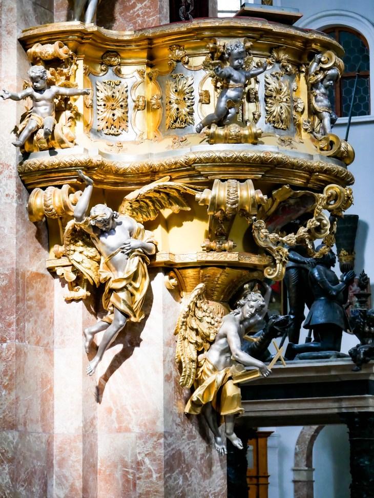 Des détails de l'Eglise Hofkirche, l'église impériale située dans la vieille ville